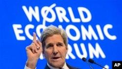 Menlu AS John Kerry menghimbau negara-negara dunia melipatgandakan upaya-upaya mereka untuk mengatasi krisis pengungsi, di Davos, Swiss, Jumat, 22 Januari 2016.