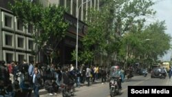 صف متقاضیان خرید ارز مقابل صرافی ها در تهران