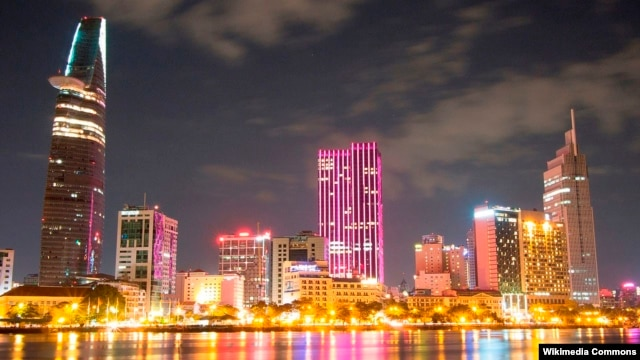 Khu trung tâm thành phố Hồ Chí Minh, nhìn từ quận 2 ban đêm.