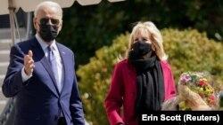 រូបឯកសារ៖ ប្រធានាធិបតីសហរដ្ឋអាមេរិកលោក Joe Biden និងភរិយារបស់លោក គឺលោកស្រី Jill Biden ខណៈពេលដែលអ្នកទាំងពីរចាកចេញពីសេតវិមានទៅកន្លែងសម្រាកលំហែកាយ Camp David កាលពីថ្ងៃទី២ ខែមេសា ឆ្នាំ២០២១។