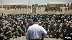 Menhan AS Robert Gates memberikan pidato perpisahakan kepada pasukan AS di propinsi Paktika, Afghanistan (6/6). Presiden Obama akan segera mengumumkan rincian penarikan pasukan AS dari Afghanistan.
