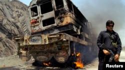 Горит один из грузовиков конвоя НАТО. Джамруд, Пакистан. 10 июня 2013 г.