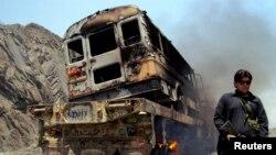 Một cảnh sát viên bộ lạc canh gác gần xe tải của NATO sau vụ tấn công ở Jamrud trong vùng bộ tộc Pakistan, ngày 10/6/2013.