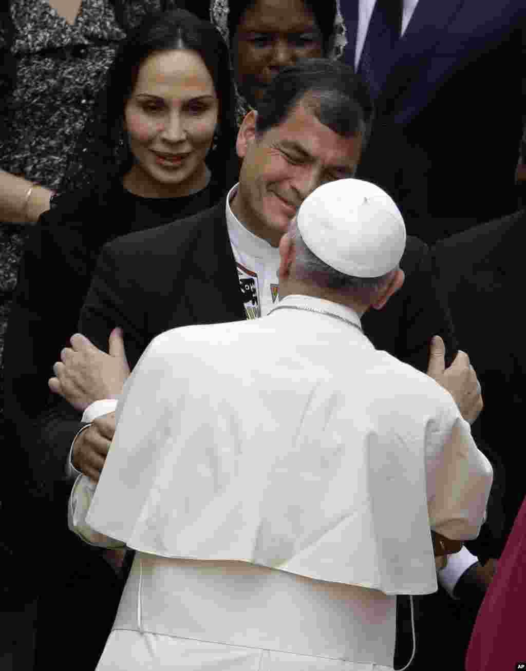 El presidente ecuatoriano, Rafael Correa, saluda al Papa.