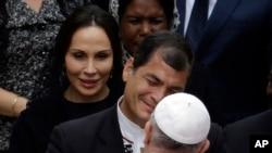 Papa francis akisalimiana na Rais wa Equador, Rafael Correa kwenye picha ya awali mjini Vatican.