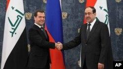 روسی وزیر اعظم میدویدیف اپنے عراقی ہم منصب نوری المالکی کا استقبال کررہے ہیں