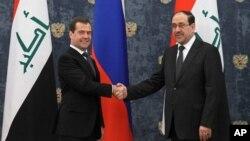 Thủ tướng Nga Dmitry Medvedev bắt tay cùng Thủ tướng Iraq Nouri Al-Maliki