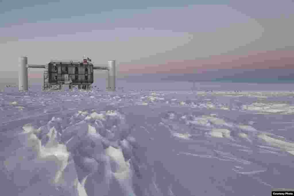 Laboratorium IceCube di Stasiun Kutub Selatan Amundsen-Scott di Antartika merupakan detektor neutrino terbesar dunia. (Sven Lidstrom, IceCube/NSF)