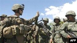 Binh sĩ Thủy quân Lục chiến Hoa Kỳ và binh sĩ Philippines trong cuộc thao dượt quân sự chung tại San Antonio, thị trấn Zambales, tây bắc Manila, ngày 23/10/2010