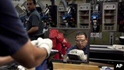 Renaldo Escobar, de Boston, trabaja en una línea de ensamblaje de zapatos New Balance. La economía de Estados Unidos creó menos empleos de lo esperado en agosto.