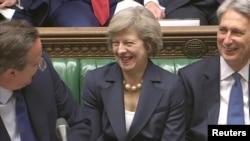 İngiltere Başbakanı Cameron görevi bırakmadan önceki son meclis oturumunda yerine gelecek olan Theresa May'le konuşuyor