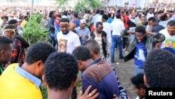 Les Ethiopiens réagissent après l'explosion, le 24 juin 2018.