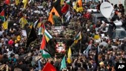 Người Palestine xuống đường đưa tiễn tù nhân Maysara Abu Hamdiyeh về nơi an nghỉ cuối cùng ở Hebron, ngày 4/4/2013.