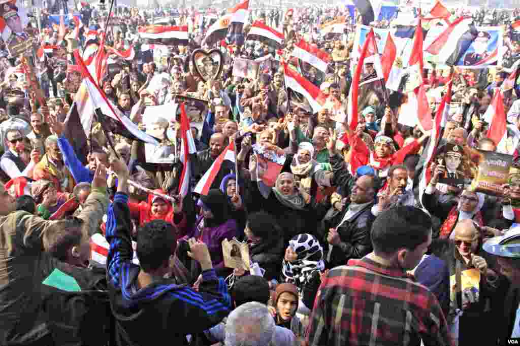 Pro-government crowds gather in Cairo's Tahrir Square, Jan. 25, 2014, (Hamada Elrasam for VOA).