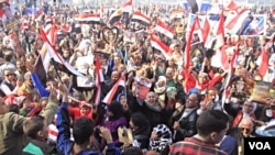 Pro-government crowds gather in Cairo's Tahrir Square, (Hamada Elrasam for VOA).