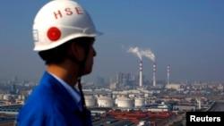 2013年11月5日从上海船厂起重机上远眺: 火力发电厂