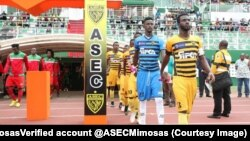Les joueurs d'Asec Mimosas font leur entree au stade lors de la première journée contre Afad, à Abidjan, Côte d'Ivoire, 13 octobre 2017. (Twitter/ASEC MimosasVerified account @ASECMimosas)