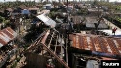 Rumah-rumah hancur akibat topan Hagupit melanda kota Samar, Filipina tengah (8/12). Bencana alam seperti ini adalah sedikit dari banyak tanda perubahan iklim yang terjadi tahun 2014.