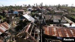 8일 필리핀 중부 동사마르주에 태풍 하구핏이 지나간후 최소 21명이 사망하고 가옥들이 파손되는 등 피해를 입었다.