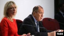 Глава МИД России Сергей Лавров (справа) и представитель ведомства Мария Захарова