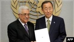 Tổng thống Palestine Mahmoud Abbas, trái, đưa bản đề xuất cho Tổng thư ký Liên Hiệp Quốc Ban Ki-moon tại Trụ sở Liên Hiệp Quốc, Thứ Sáu, 23/9/2011