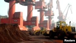 2010年10月31日中国江苏省连云港市工人在港口运输含稀有元素的土壤。