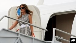 """U.S. first lady Melania Trump steps from the plane as she arrives to visit Vanderbilt Children's Hospital as part of her """"Be Best"""" campaign in Nashville, Tennessee, U.S., July 24, 2018."""