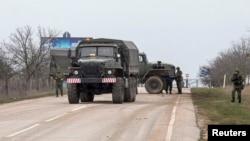 軍車3月1日駛出克里米亞地區塞瓦斯托波爾國際機場