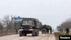ລົດທະຫານ ຕັນທາງເຂົ້າສະໜາມບິນ Belbek ໃນເຂດ Crimea ຂອງຢູເຄຣນ (1 ມີນາ 2014)