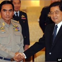 中国领导人胡锦涛在北京会见缅甸空军司令妙亨中将(2009年)