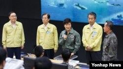 박근혜 한국 대통령이 21일 미한연합훈련인 을지프리덤가디언(UFG) 연습이 진행 중인 수도방위사령부 내 합동작전본부를 방문해 격려하는 인사말을 하고 있다.