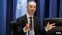 Juru bicara PBB Martin Nesirky menyampaikan pengumuman Ban Ki-moon mengenai ketidakhadiran Iran dalam perundingan Suriah di Jenewa (foto: dok).