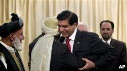 صدراعظم پاکستان با اعضای شورای صلح افغانستان