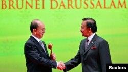 លោកប្រធានាធិបតី Thein Sein នៃប្រទេសភូមា (ឆ) ដែលនឹងធ្វើជាប្រធានកិច្ចប្រជុំកំពូលអាស៊ាននៅឆ្នាំ២០១៤ ចាប់ដៃជាមួយព្រះចៅស៊ុលតង់ Hassanal Bolkiah នៃប្រទេសប្រ៊ុយណេ នៅក្រោយការទទួលបានញញួរឈើអាស៊ាន នៅក្នុងពិធីបិទកិច្ចប្រជុំកំពូលអាស៊ានលើកទី២៣ នៅទីក្រុង Bandar Seri Begawan ថ្ងៃទី១០ តុលា ២០១៣។