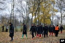 2017年11月18日,在德国美因茨,示威者在看台上挥舞代表西藏独立的雪山狮子旗之后,中国U20足球队的球员离开友谊足球赛赛场。