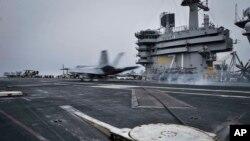 EE.UU. movilizó un portaaviones ala región para mantener el tráfico marítimo cerca de Yemen.