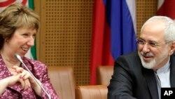 Pemimpin Kebijakan Uni Eropa Catherine Ashton (kiri) dan Menlu Iran Mohammad Javad Zarif di Wina (Foto: dok).