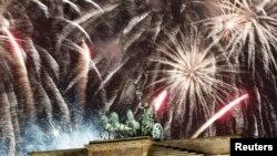Kembang api meledak di atas patung Quadriga di atas gerbang Brandenburg selama perayaan Tahun Baru di Berlin, Jerman, 1 Januari 2019. Namun pada tahun ini perayaan tersebut dilarang karena Covid-19. (Foto: REUTERS/Axel Schmidt)
