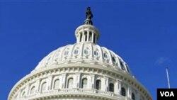 La bandera de Estados Unidos ondeó a media asta en el Capitolio de Estados Unidos, tras el ataque contra la congresista Giffords donde murieron seis personas.
