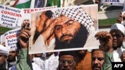 Người Hồi giáo Ấn Độ cầm ảnh bị rạch mặt của Maulana Masood Azhar lãnh tụ tổ chức Jaish-e-Mohammad trong cuộc biểu tình chống Pakistan tại Mumbai ngày15/2/2019.