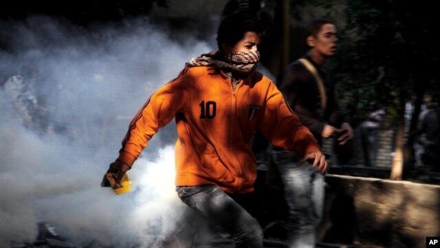 Người biểu tình bỏ chạy trong cuộc đụng độ với lực lượng an ninh Ai Cập gần Quảng trường Tahrir.