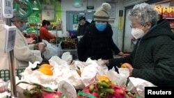 Pessoas num supermercado usando máscaras. Pequim 26 janeiro 2020