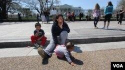 Nayra Zapata y sus dos hijos frente a la Casa Blanca. Nayra es una de cuatro personas actualmente en huelga de hambre en demanda de que se ponga fin a las deportaciones.