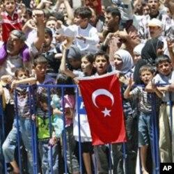 叙利亚难民呼喊口号反对总统阿萨德