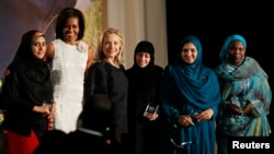 Samar Badawi (tengah, di samping Hillary Clinton) saat menerima penghargaan International Women of Courage Award 2012 dari Departemen Luar Negeri AS.
