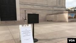 华盛顿史密森尼国家美术馆大门紧闭,门口告示牌向游人解释博物馆因联邦政府关闭而关门。(2019年1月23日)