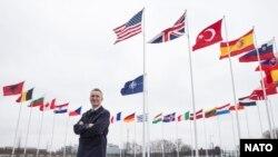 Generalni sekretar NATO-a, Jens Stoltenberg ispred zastava 29-članica najvećeg odbrambenog saveza na svetu