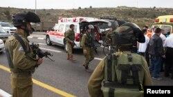 حضور نیروهای امنیتی و درمانی در محل حادثه روز جمعه ۲۱ آذر ۱۳۹۳ پس از حمله یک فلسطینی با اسید به یک خانواده اسرائیلی در اورشلیم