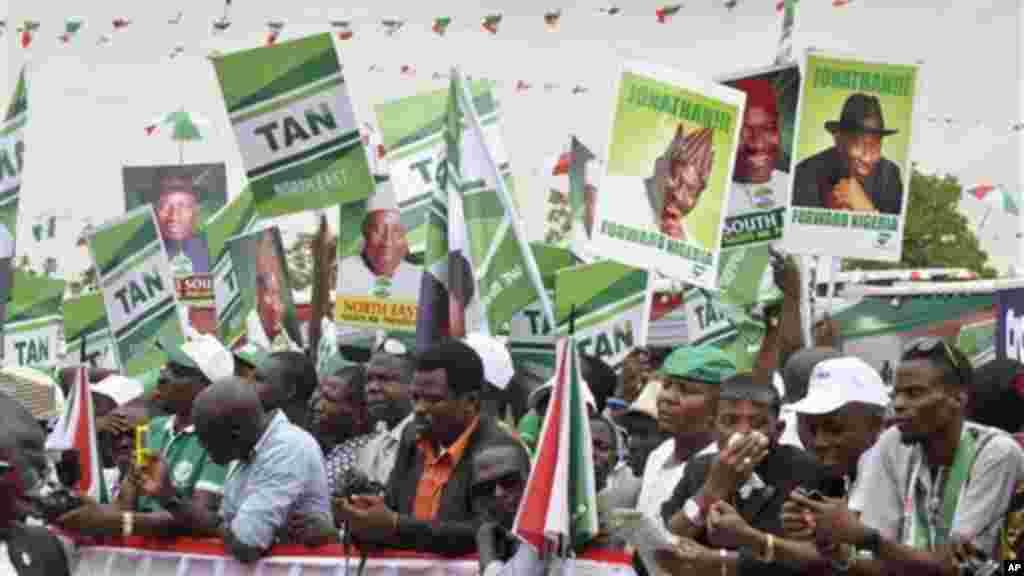 Shugaban Najeriya, Goodluck Jonathan, a yau talata ya bayana aniyarsa, na neman tsayawa takarar neman shugabanci kasa, a inuwar, jamiyarsa ta PDP a Abuja, babban birnin tarayyar Najeriya, 11 ga Nuwamba 2014.