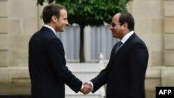 Le président français Emmanuel Macron serre la main au président égyptien Abdel Fattah al-Sisi à Paris, le 24 octobre 2017.